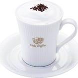 贅沢カフェオレは生クリーム、牛乳、コーヒー豆を ふんだんに!