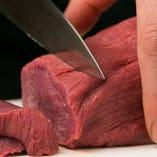 極限まで厚切りにした牛たんを一口ほおばるとさくっと切れる食感。