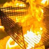 網の上で炭火の香ばしい香りをまとう・・・