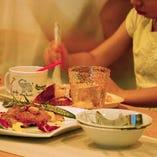 カラフルな食器と美味しい料理に夢中に!♪