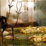 ガラスキャビネットに飾られたインテリアを眺めながら