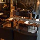 グリーンや間接照明が空間に溶け込み、まるでお洒落な友人宅へ招かれたようなプライベート感覚でお食事をお楽しみ頂ける自慢の空間。