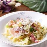 生ハムと季節野菜とチーズのフェットチーネ 白ワイン&バター風味