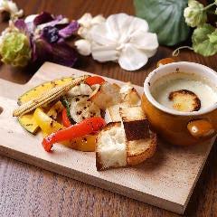 温野菜とバケットのゴルゴンゾーラチーズフォンデュ