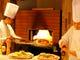 オープンキッチンのピザ窯で焼き上げるピッツァが人気