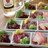 コスパ抜群のコース料理ラインナップ ①くじら食べ比べ アテ3種盛り(ベーコン・赤身・たたき)