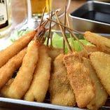 ④ソースで食べる2度づけ禁止の定番串カツ3種盛り