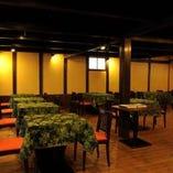 ゆっくりお食事が楽しめる落ち着いた雰囲気のテーブル席