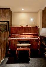 生ピアノの流れる高級感溢れる店内