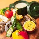 肉だけでなく季節の野菜をとり入れた、色鮮やかなメニューも!