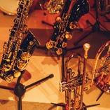 サックスやトランペット、ピアノ、ドラムなど、演奏を盛り上げる楽器が勢揃い