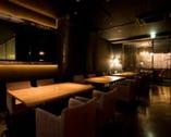 テーブル席で待ったり、食事とお酒を楽しむことも出来ます(^^)