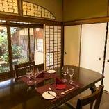 個室【4名様まで】アンティークなテーブルを配した落ち着いたお部屋