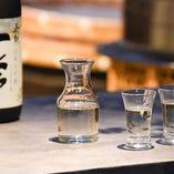 建物は齊藤酒造社長元私邸です。その縁から季節限定酒も多数入荷