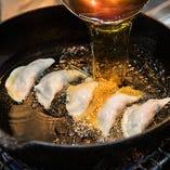 焼き餃子は最後に油を加えて揚げ焼きにします★