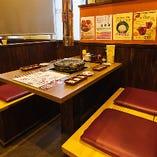 入り口近くのテーブル席。少人数の気の置けない飲み会に♪