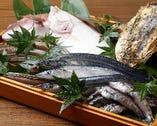 毎朝、店主が塩釜魚市場に足を運び、ずらりと並んだ海の幸の中から脂がのった食べ頃の魚を吟味して、とっておきの献立に仕立て上げる