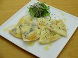 2種のチーズ・トルティーヤピザ