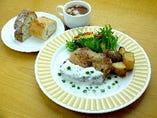 ハーブチキンのソテー グリーンペッパー&グリーンピースのクリームソース スープ・パン又は、ライス付き