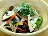 白州産レタスといろいろキノコ類と筍のサラダ