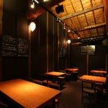 【2階 テーブル席/2~6名様】木造の蔵を改装した、レトロな風情をたたえる空間(19席)