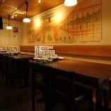 カジュアルな宴会やお食事に最適なテーブル席(~4名様×11卓)