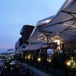 人気のテラス席は東京湾を臨み、潮風と緑を感じられる特等席