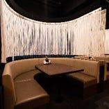 くつろぎながらの宴会や食事会に最適なU字型ソファー席