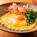 【かま玉のそうめん】半熟たまごと卵黄のダブルON!こっくり濃厚な風味が口いっぱいに広がります♪あたたかいお出汁をかけてお召し上がりください。