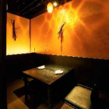 暖かみのある暖色が灯る個室空間