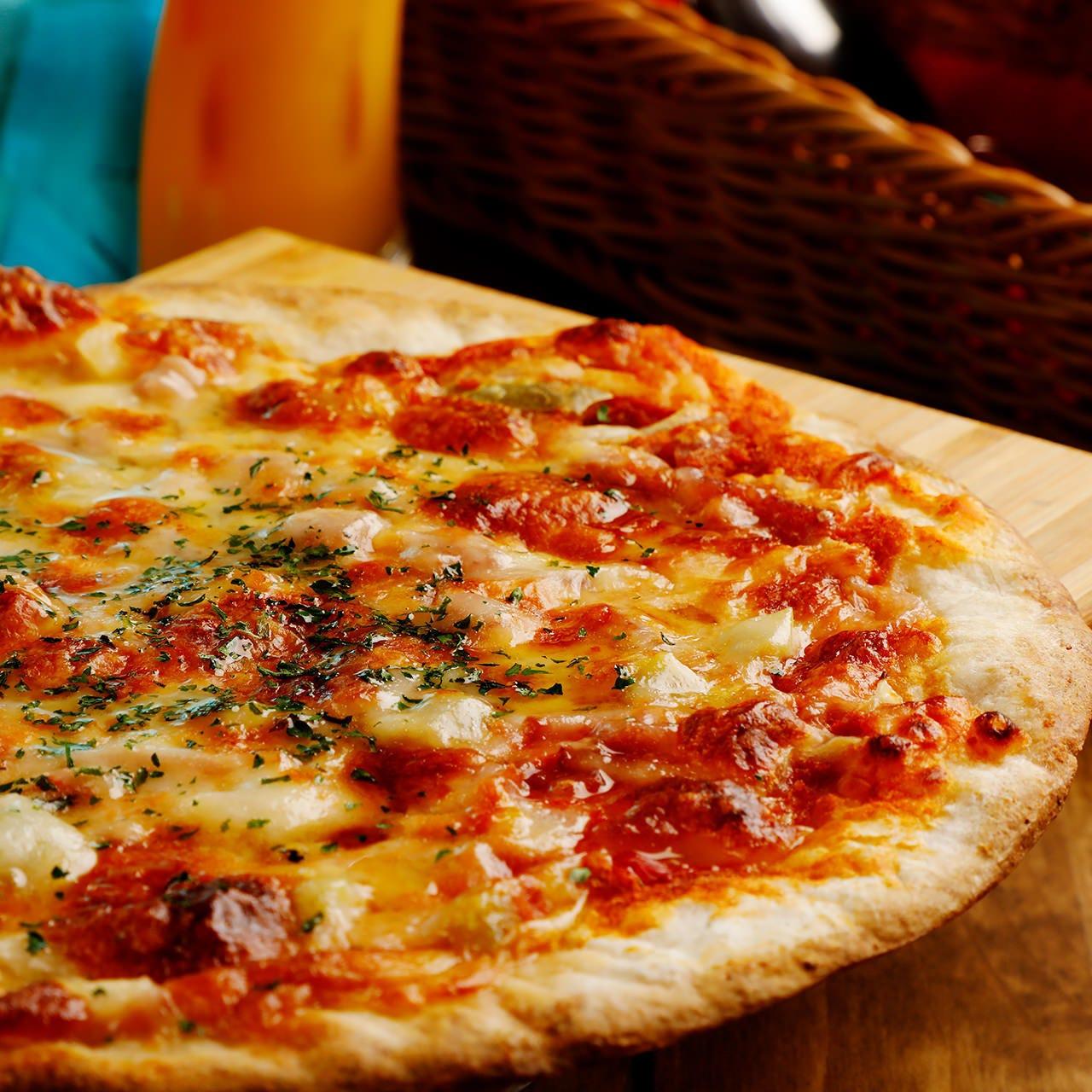3時間飲み放題付!クリスピーな食感がたまらない!好きなだけ楽しめる『特製ピザ食べ放題コース』全4品