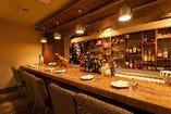 テーブル感覚の広々ワイドなカウンター席