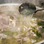 [手間暇かけた仕込み] 毎日鶏ガラ10キロ~15キロを煮込みます!