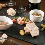 自家製パテや生ハム、ピクルスなどワインに合うタパス盛り合わせ