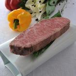 旨味を逃げぬように軽く火入れを行い熟成。 その熟成肉を塊のまま、炭火で焼く「真空低温熟成ステーキ」