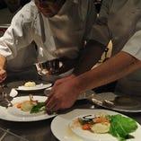 飛騨牛や地元野菜などの厳選食材を使った料理長お任せのコースや、さらにはお客様からのリクエストにもお答えするスペシャルコースもございます。