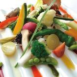 前菜ガーデンサラダ ~8種のフレヴァーソースで~