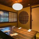優しい色彩を纏い、和情緒溢れるこちらのお部屋は、2階にある最大6名様までのお座敷個室です。