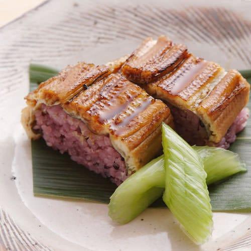 ふんわり柔らかあなごと黒米の はかりめ寿司は当店オリジナル