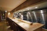 カウンター以外は全て個室造り 全テーブル天板に栃の無垢板使用