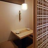 【2名様向け】木格子で仕切られた個室です。ゆったりと向き合ってお食事を愉しみたい方に