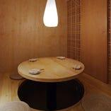 【3~4名様向け】木格子と扉で仕切られた円卓個室。木のぬくもりを感じながら、ゆったりとくつろいでお過ごしいただけます