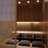 【5~6名向け】雪見障子で仕切られた、畳仕立ての完全個室です。左右の壁はパーテーション仕様になっている為、人数様によって席数が調整できます