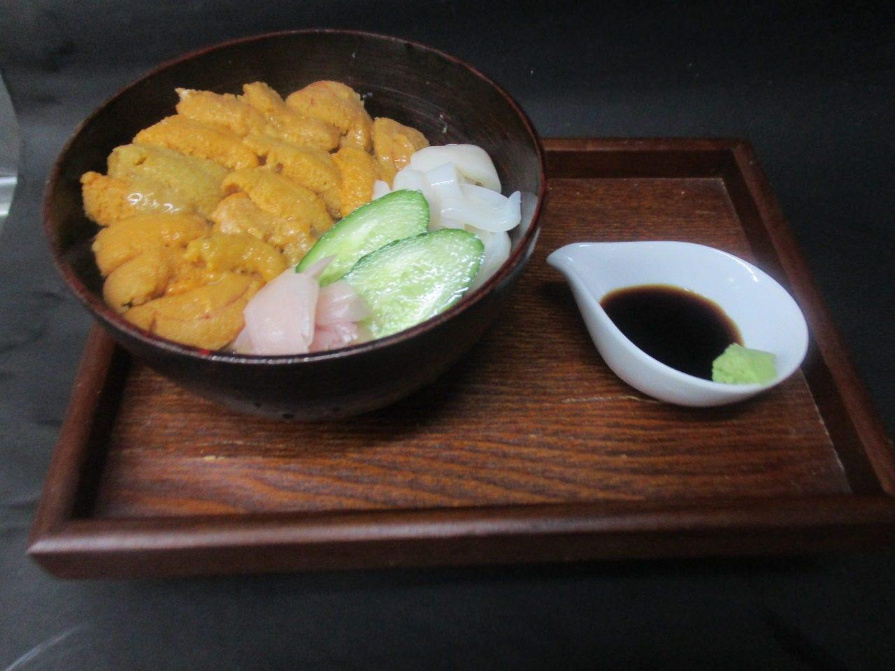 北海道産 生ウニとイカの二色小丼 890円