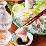 店主厳選の日本酒をこだわりの「青肴」で堪能。