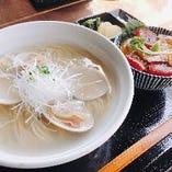 おすすめ「ハマグリラーメン 日替わりミニ丼セット」