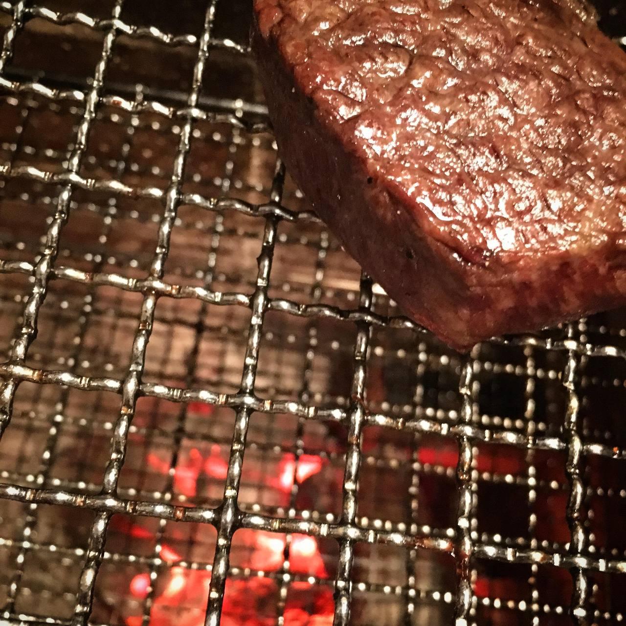 遠火でじっくり丁寧に焼くお肉。