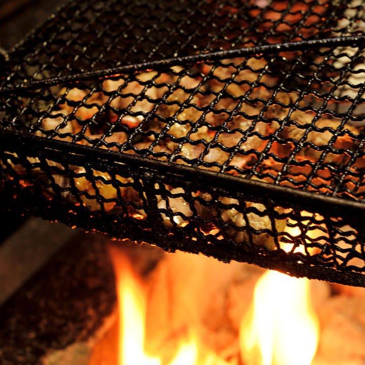 炭火でじっくりと焼き上げ旨みを閉じ込めるもも炭火焼や串もの