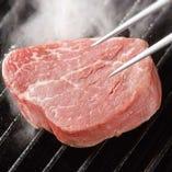 お店でカットしている新鮮なお肉。