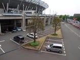 スタジアムの大きな駐車場。 お食事の方は2時間無料。